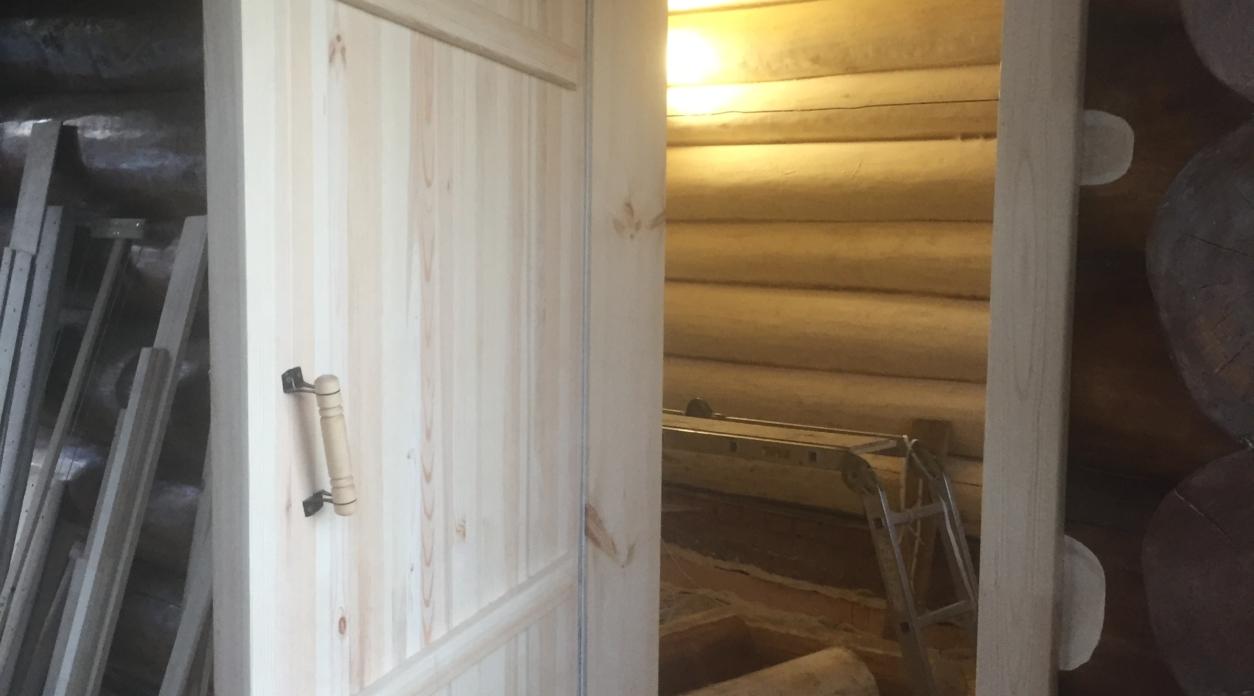 Изготовление и реконструкция банных дверей из массива, текстуровка (браширование)