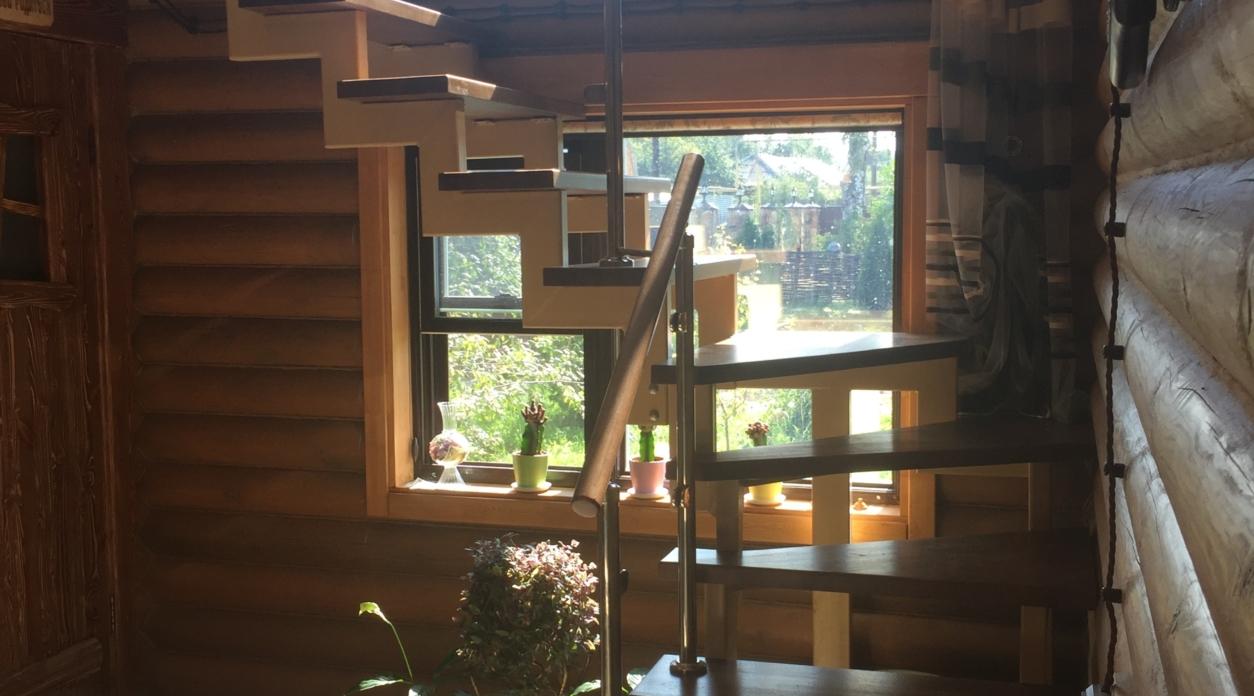 Лестница на металлических косоурах из ясеня. Проект №1